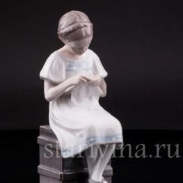 Статуэтка из фарфора Девочка с вязанием, Bing & Grondahl, Дания, 1915-48 гг.