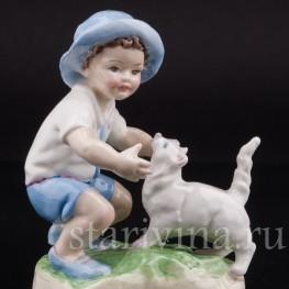 Фарфоровая фигурка Мальчик, играющий с кошкой, Royal Worcester, Великобритания, сер. 20 века.